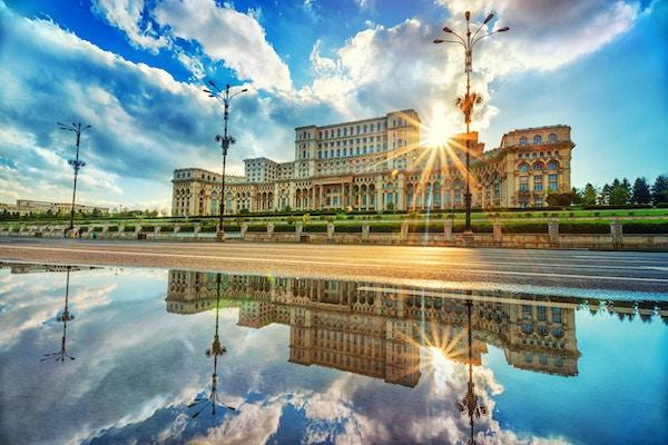 Parlamentets palass i Bucuresti ved solnedgang, den største bygningen i Europa.