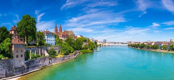 Gamlebyen i Basel med Munsterkatedralen i rød stein og Rhinen, Sveits.