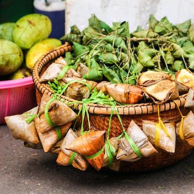 Naem, eksotisk kambodsjansk streetfood. Spekemat med hvitløk pakket inn i bambusblader