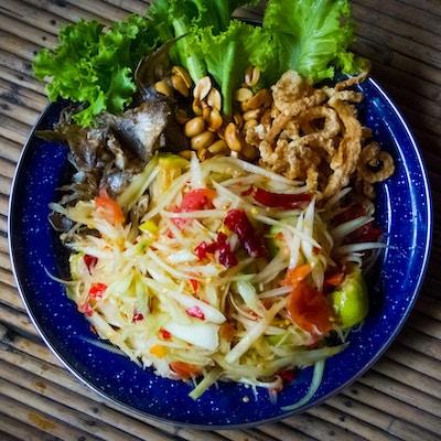 Papayasalat med forskjellig stekt mat