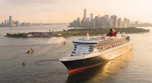 Cruiseskip med New York i bakgrunnen.