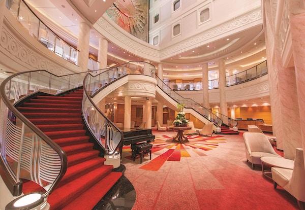 Staselig trapp i rødt på cruiseskip