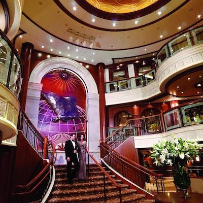Velkledd par i trappen på cruiseskip.