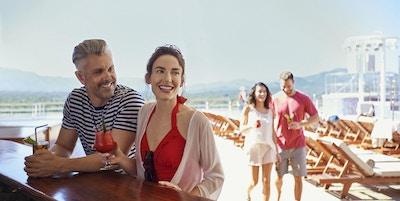 Par ved bardisk på dekk av Cunard-skip.