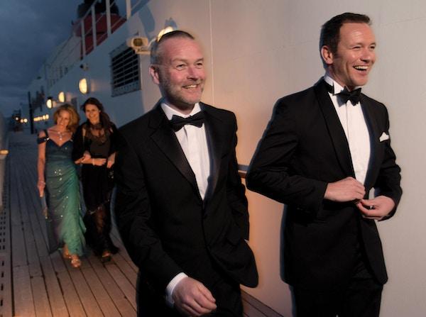 To menn og to kvinner kledd for ball på på dekket til Cunard-skip.