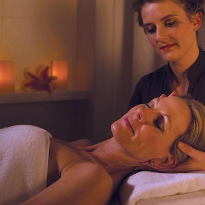 Kvinne får ansiktsbehandling på spa.