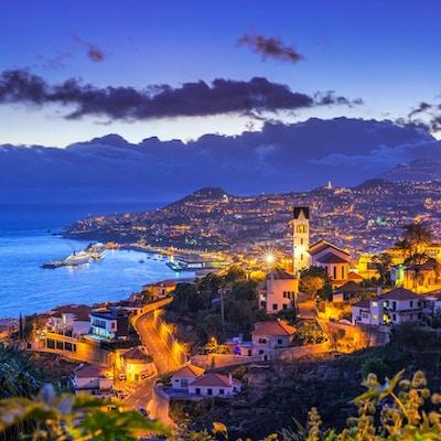 Forhøyet utsikt over distriktet Sò o Gonçalo og bybildet, havnen og fjellene i Funchal på den portugisiske øya Madeira.
