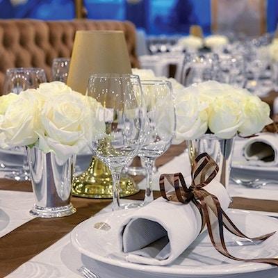 Nærbilde av dekket bord på restaurant.