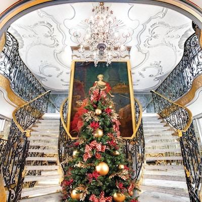 Flott trappeoppgang med barokk rekkverk og maleri.