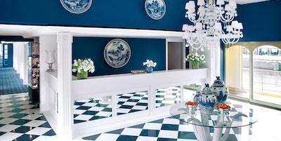 Lobby i blått og hvitt om bord i elvecruiseskip.