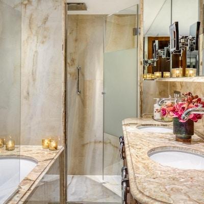 Interiør av bad med marmor om bord på elvecruiseskip.