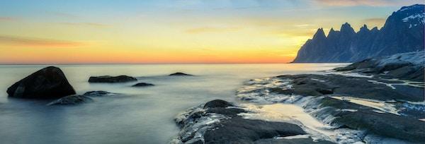 Utsikt over en fjord på Senja i solnedgang.