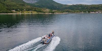 Båt i en fjord på Senja.