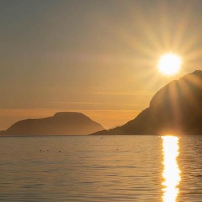 Sol over fjorden på Senja.