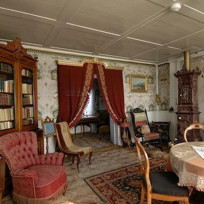 Gammeldags, staselig stue med møbler fra 1800-tallet.