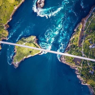 Boblebad i malstrømmen i Saltstraumen, Nordland, Norge luftfoto Vakker natur. Saltstraumen er et lite sund med en av de sterkeste tidevannsstrømmene i verden.