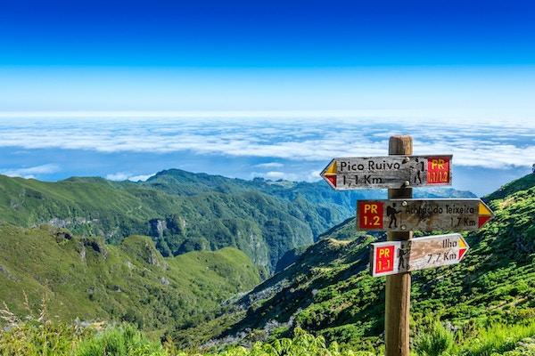Skilting på toppen av øya Madeira som viser veien til Pico Ruivo, Ilha og Achada do Teixeira