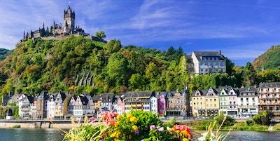 Bildelig middelalderske Cochem by - turistattraksjon i popullar i Tyskland