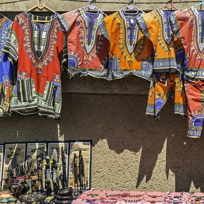 Afrikanske Curios og klær som henger på veggen.