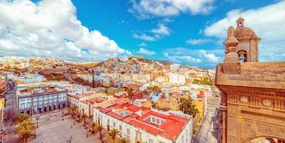 Utsikt over den historiske gamlebyen, rådhuset, katedralen og torget på Las Palmas de Gran Canaria.