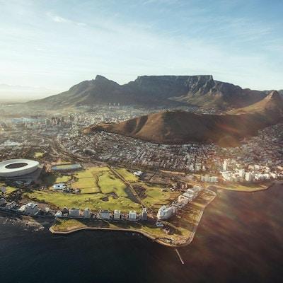 Luftfoto av Cape Town med Cape Town Stadium, Lion's Head og Table Mountain.