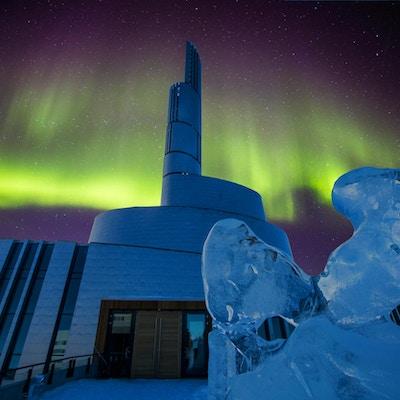 Nordlyskatedralen Alta Norge med aurora borealis, en ny spektakulær bygning som vil være ferdig 2013. Skulpturer av is på vei til kirken.