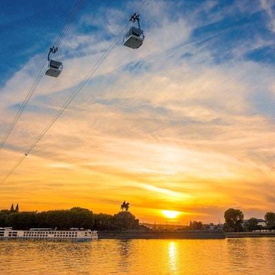 Taubane over Rhinen i solnedgang