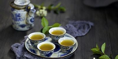 Kinesisk te og tesett på bordet