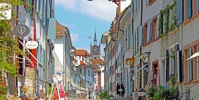 Hyggelig gate i gamlebyen i Basel.