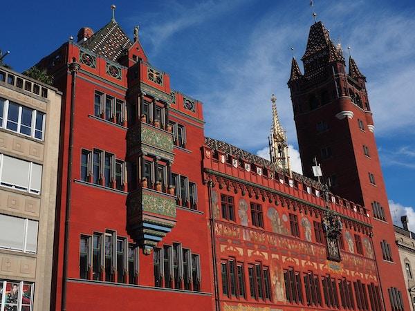 Rød, utmykket bygning