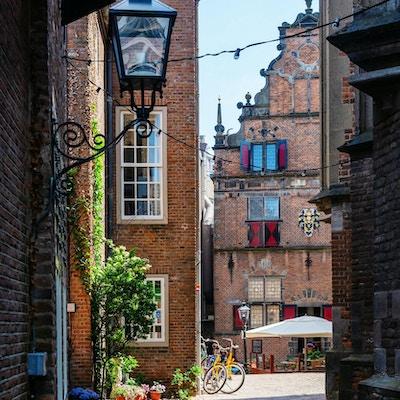 bilde av en bakgate i den historiske gamlebyen i Nijmegen, Nederland