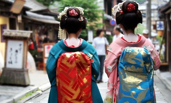 Geisha-jenter i den tradisjonelle japanske nasjonaldrakten.Bilden er tagen bakra.
