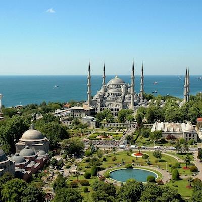 Den blå moské med havet i bakgrunnen i Istanbul.