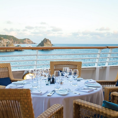 Dekket bord på dekk på SeaDreams yacht.