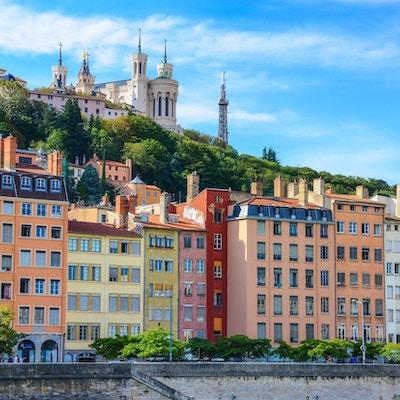 Lyon bybilde fra elven Saone med fargerike hus