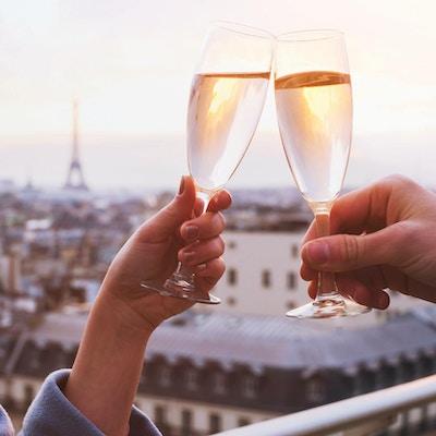 to glass champagne eller vin, par i Paris, romantisk feiring av forlovelse eller jubileum