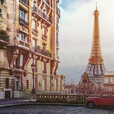 Bygårder med parkert 2cv og Eiffeltårnet i bakgrunnen