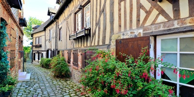 Pittoreske bindingsverk i Normandie-byen Honfleur, Frankrike