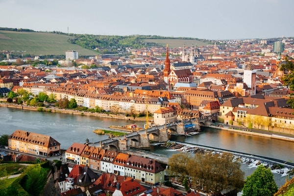 Historisk by Wurzburg med broen Alte Mainbrucke, Tyskland.