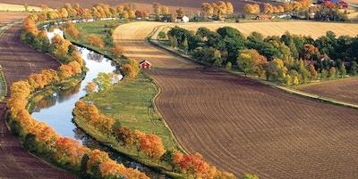 Kanal gjennom landskap