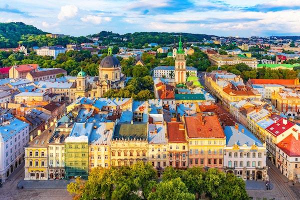 Naturskjønn luftfoto fra Market Square-arkitekturen i gamlebyen i Lviv, Ukraina