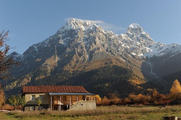Gran Hotel Ushba med storslått beliggenhet vet foten av det 4710-meter høye Osjba-fjellet i Svaneti, Georgia