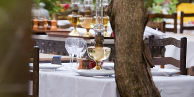 Alfresco servering på en restaurant i landsbyen Saint Paul Vence, i Alpes-Maritimes-distriktet i Provence.