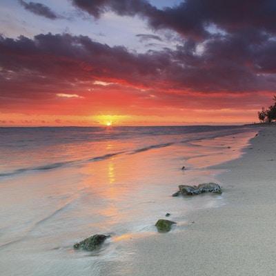 Vakker solnedgang på den tropiske øya