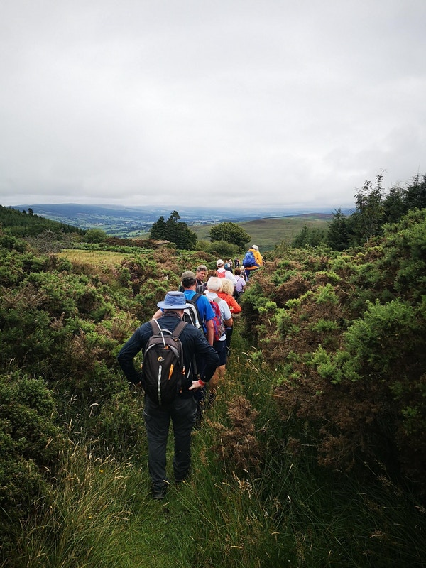 Gruppe mennesker på vandring gjennom irsk natur.
