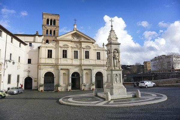 Basilikaen San Bartolomeo all'Isola på øya Tiber i Roma, Italia.