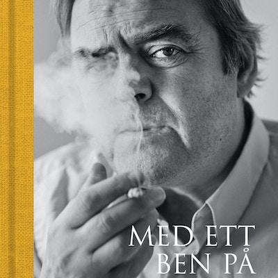 Bokcover med portrett av forfatteren som røyker