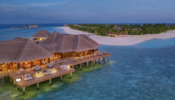 Oversiktsbilde over restaurant ute i havet på Maldivene.