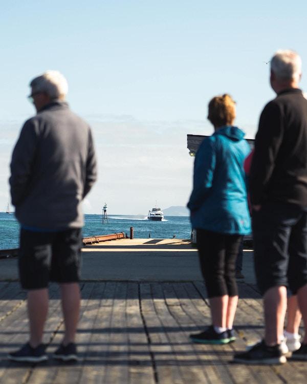 Gjester venter på båten ved Støtt Brygge.