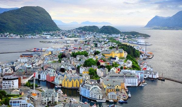 Flyfoto av Ålesund by i skumringen, Norge